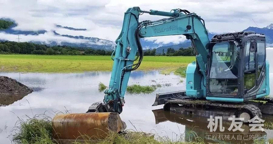 挖掘机在松软地面和水中作业的注意事项