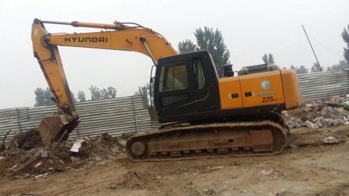 北京25万元出售现代中挖R225挖掘机