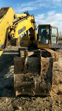 新疆42万元出售小松中挖PC220挖掘机