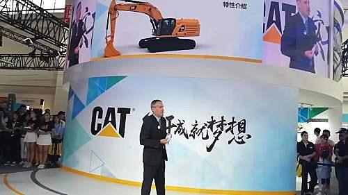 卡特彼勒大型挖掘机产品事业部全球产品经理Brian Abbott介绍新品的性能特点!!