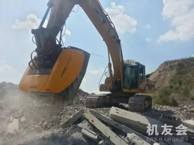 老外将破碎机与挖掘机完美结合,这样处理建筑垃圾又环保!